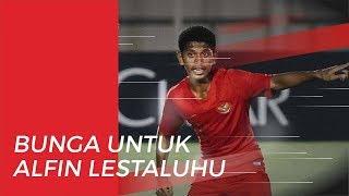 Bunga dari Suporter untuk Alfin Lestaluhu di Laga Timnas U-19 Indonesia Vs Korea Utara