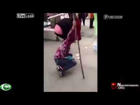 Thanh niên Trung Quốc đánh người ăn xin bị tật nguyền.