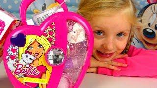 Alicia Ouvre Une Boite Barbie De  Maquillage