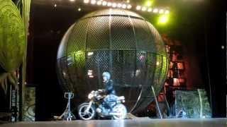 """Смотреть онлайн Номер Китайского цирка """"Мотоциклы в шаре"""""""