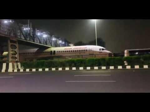 بالفيديو .. طائرة عملاقة عالقة تحت جسر في الهند