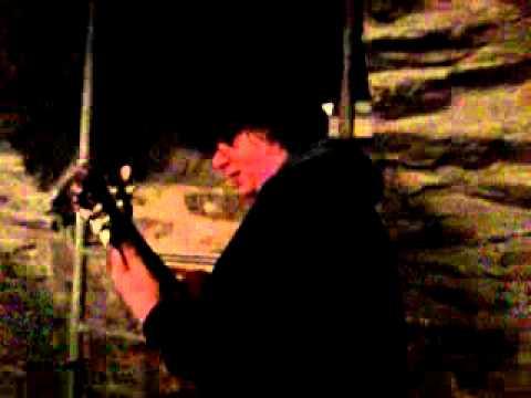 Kuechenstuhl spielt Gitarre an Demolishion Mans Geburtstag.