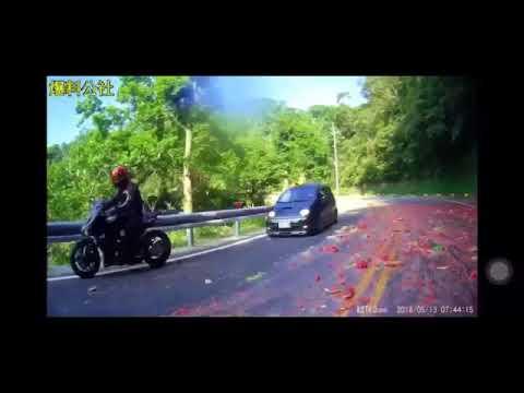 Грузовик засыпал дорогу арбузами