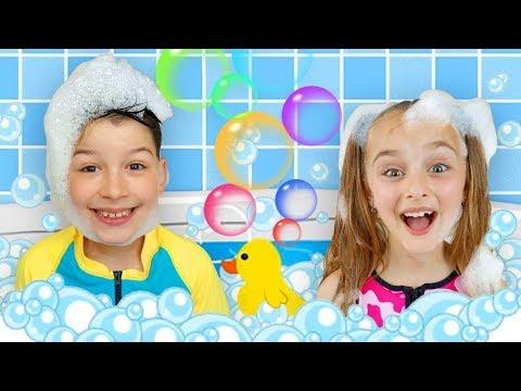 مع ألعاب منفوخة للمسبح يغني ساشا وماكس أغنية الحروف الأبجدية الإنجليزية  و يلعبان