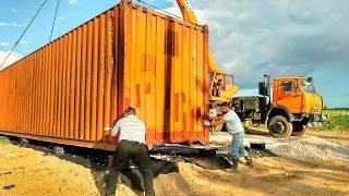 Соседи смеялись когда семья строила ДОМ из КОНТЕЙНЕРОВ! А сейчас все хотят зайти внутрь этого ЧУДА!
