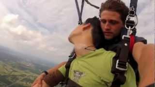 Парень потерял сознание во время прыжка с парашютом - Видео онлайн