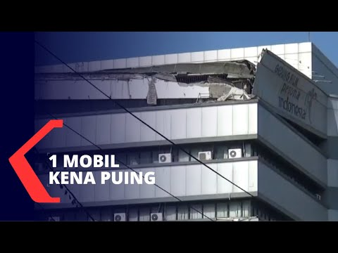 atap gedung lembaga sensor film roboh mobil tertimpa puing