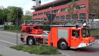 preview picture of video 'Feuerwehr Esslingen Löschzug rückt aus, mit offenem Geräteraum bei der DLK'