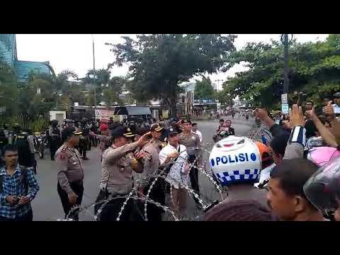 Massa Sempat Bersitegang dengan Polisi di Panwas Makassar