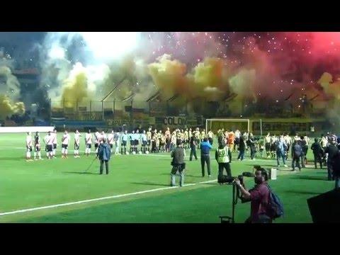 """""""Peñarol a la cancha en el """"Campeón del Siglo"""" con una impresionante bienvenida"""" Barra: Barra Amsterdam • Club: Peñarol"""