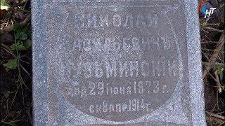На ул.Лазаревская в строительном мусоре валяется могильная плита, датированная позапрошлым веком