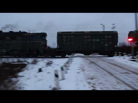 Железнодорожный переезд без шлагбаума. 2ТЭ116К-577 с хопперами