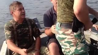Прикол на рыбалке  Поймал себя за Зад