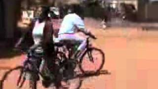 preview picture of video 'A Ivato leçon de vélo sur le parking de l hôtel Manoir rouge'