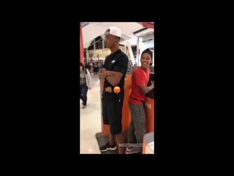 Carlinhos tira onda de segurança de Pedrinho em shopping