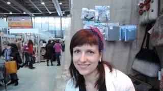 Катя Ветрова в шляпке-вуалетке на стенде Студии Шкатулочка