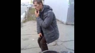 "Смотреть онлайн Наркоман ""завис"" на остановке"