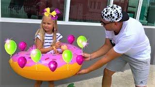 Алиса играет в магазин НАДУВАШЕК ! Pretend play in inflatable toys store  !