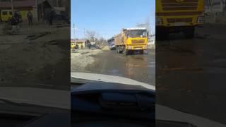 Грузовик во время ремонта дороги провалился одним колесом. Свободный, 2017.