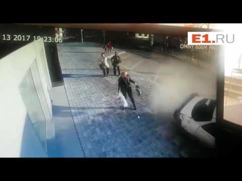 """""""Тойота"""" вылетела на тротуар в Екатеринбурге"""