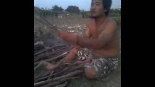 Adegan Gus Pur memotong kayu