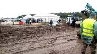 Бездорожье на фестивале Нашествие, без гусеницы трактор
