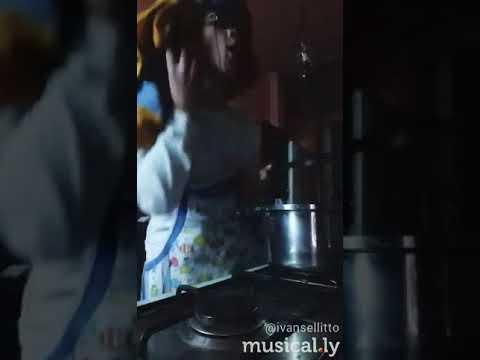 Il marito beve il latte dal petto della moglie