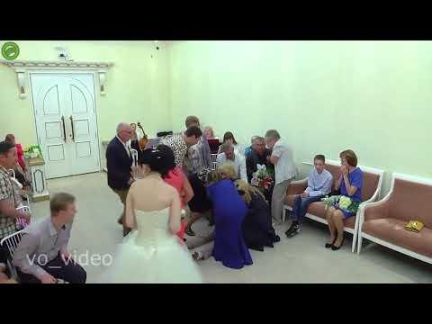 العرب اليوم - شاهد : عريس يفقد وعيه قبل قبوله بالزواج من عروسه