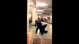 драка с полицией на станции метро Партизанская. LIVE