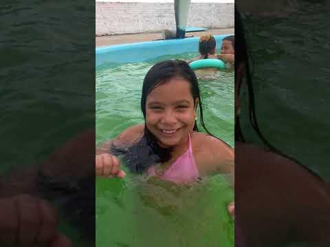 Passando um dia na piscina com as minhas amigas Olha aí