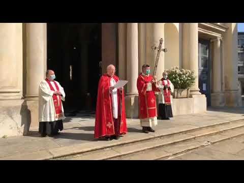Monsignor Luigi Panighetti benedice la città di Varese