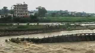 Смотреть онлайн Наводнение в Индии с обрушением моста 14 августа 2014