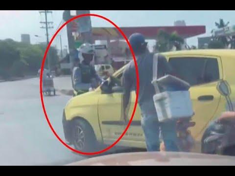 Video: Guarda de tránsito se salvó de terminar bajo un taxi luego de que conductor evitara comparendo