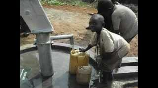 preview picture of video 'Fetching Water in Kanenakumbe at the well - Brenda/Dean Rice donors'