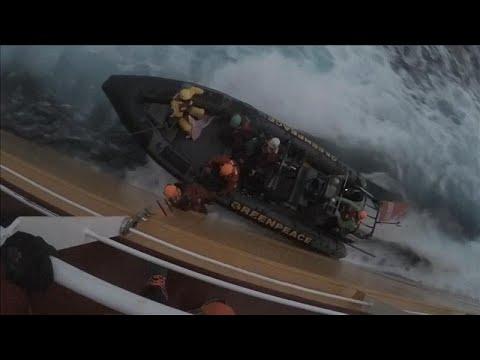العرب اليوم - شاهد: ناشطون يقفزون على سفينة تنقل زيت النخيل قرابة السواحل الإسبانية
