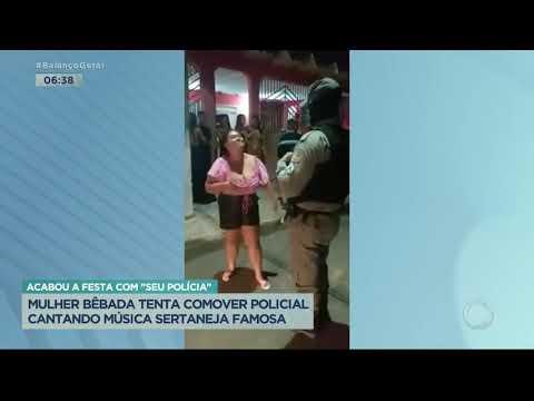 Mulher bêbada tenta comover policial cantando música sertaneja