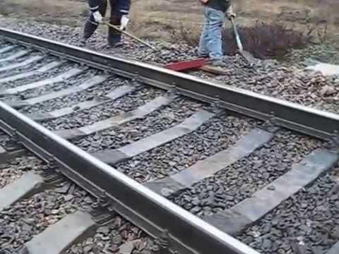 Жестокая работа монтеров пути (Вырезка выплесков на ж/д пути)