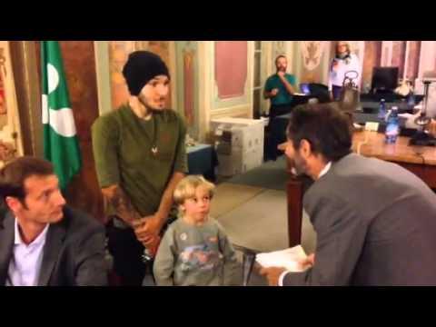 Consegnate al sindaco le firme per salvare i cipressi