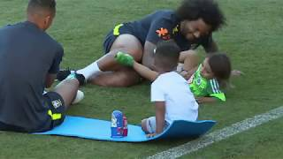 Дети Каземиро и Марсело играли с русскими матрешками на стадионе в Сочи