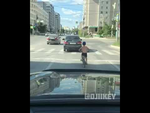 В Якутске шестилетний мальчик один едет на велосипеде по оживленной дороге