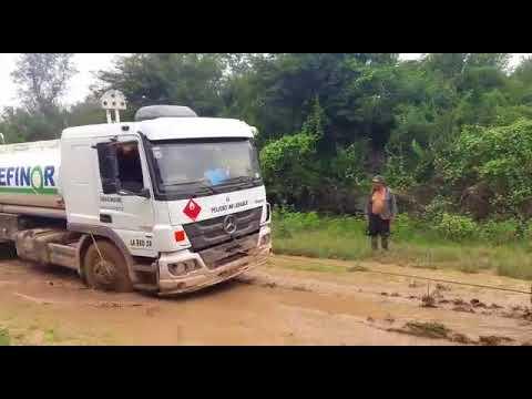 Video: Un camión de combustible atascado por las lluvias en SVE, llegó a destino