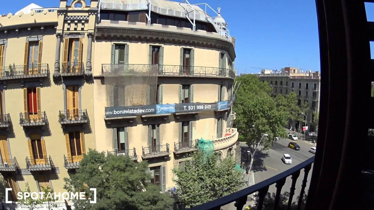 Rooms for rent in 4-bed apartment with balconies in El Born