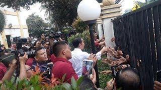 Emak Emak Ayunkan Tangan Jokowi di GOR Pasar Minggu