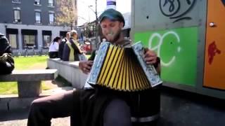 Почему такие талантливые люди выступают на улице?