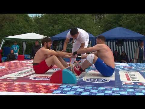 Соревнования по мас-рестлингу на национальном празднике Ысыах в Москве
