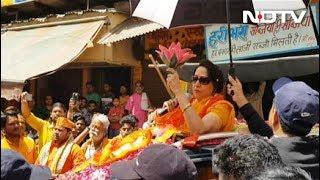 मथुरा में हेमा मालिनी का हाईप्रोफाइल चुनाव प्रचार, छाता लेकर चलता है स्पॉट ब्वॉय