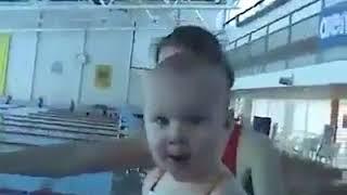 2 aylık bebekten yüzme şovu