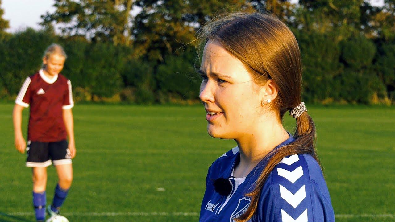 Både spiller og træner: 17-årige Line elsker fodbold