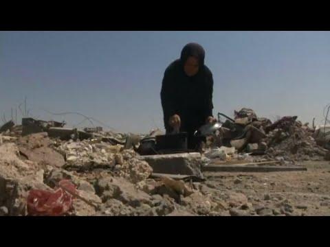 العرب اليوم - شاهد: الناجون من معركة الموصل يتوسلون الطعام ويعيشون في خيام