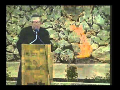 יצחק ארד מקריא שמות של בני משפחתו שנספו בשואה, בטקס